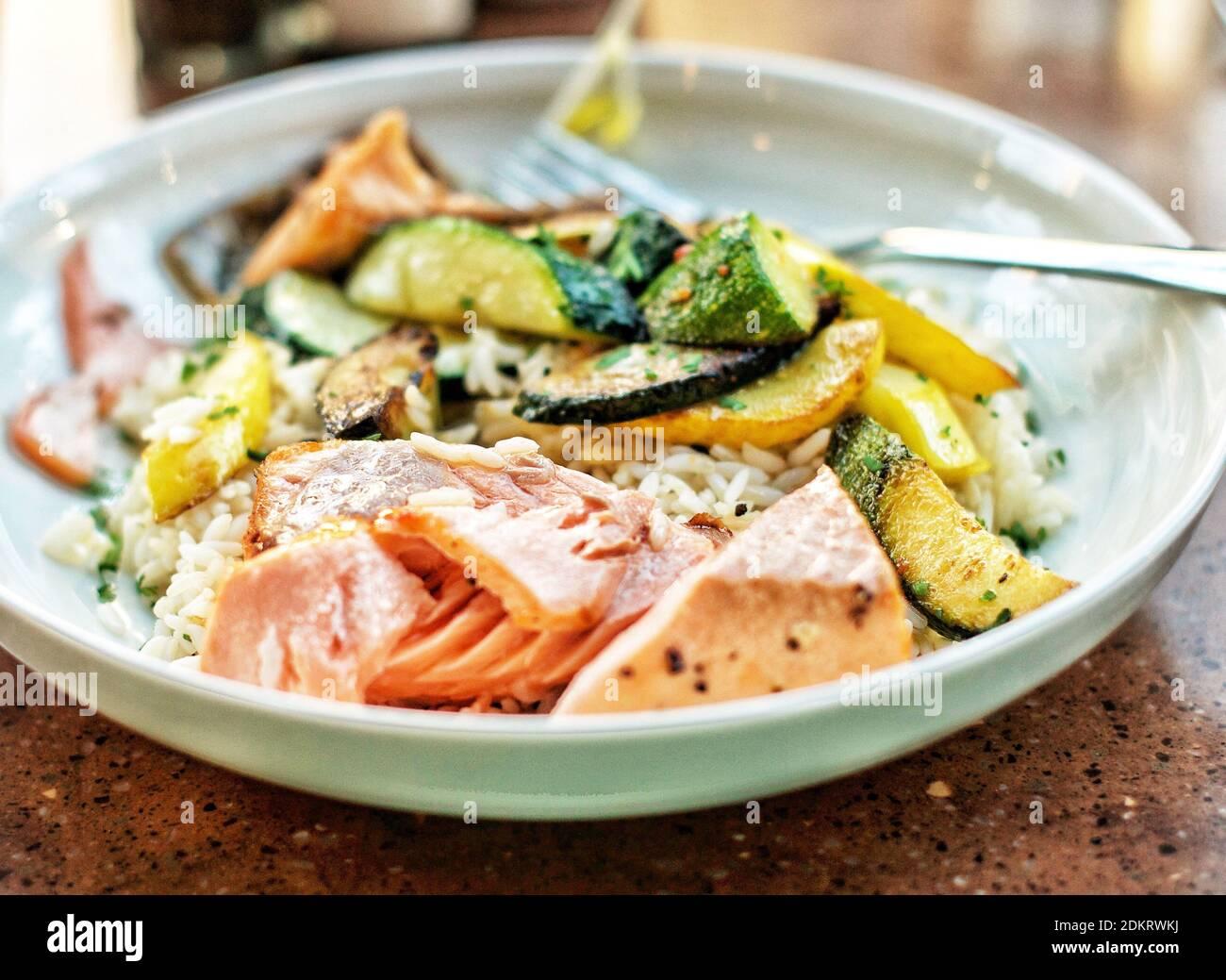 Nahaufnahme einer Mahlzeit mit glutenfreiem Lachs, serviert auf dem Teller Stockfoto