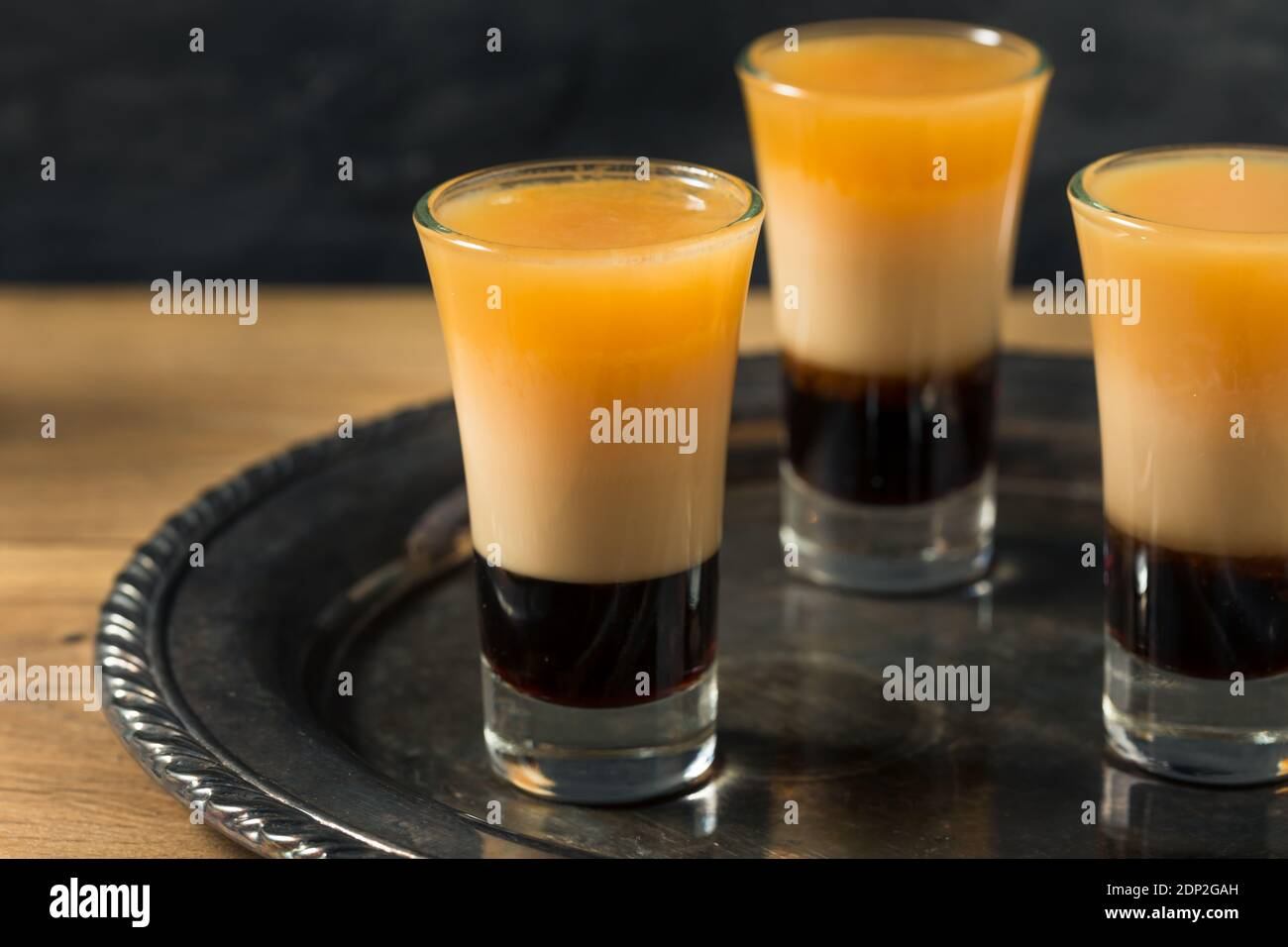 Mit Alkohol geschichtete B52 Shot Cocktail bereit zum Trinken Stockfoto