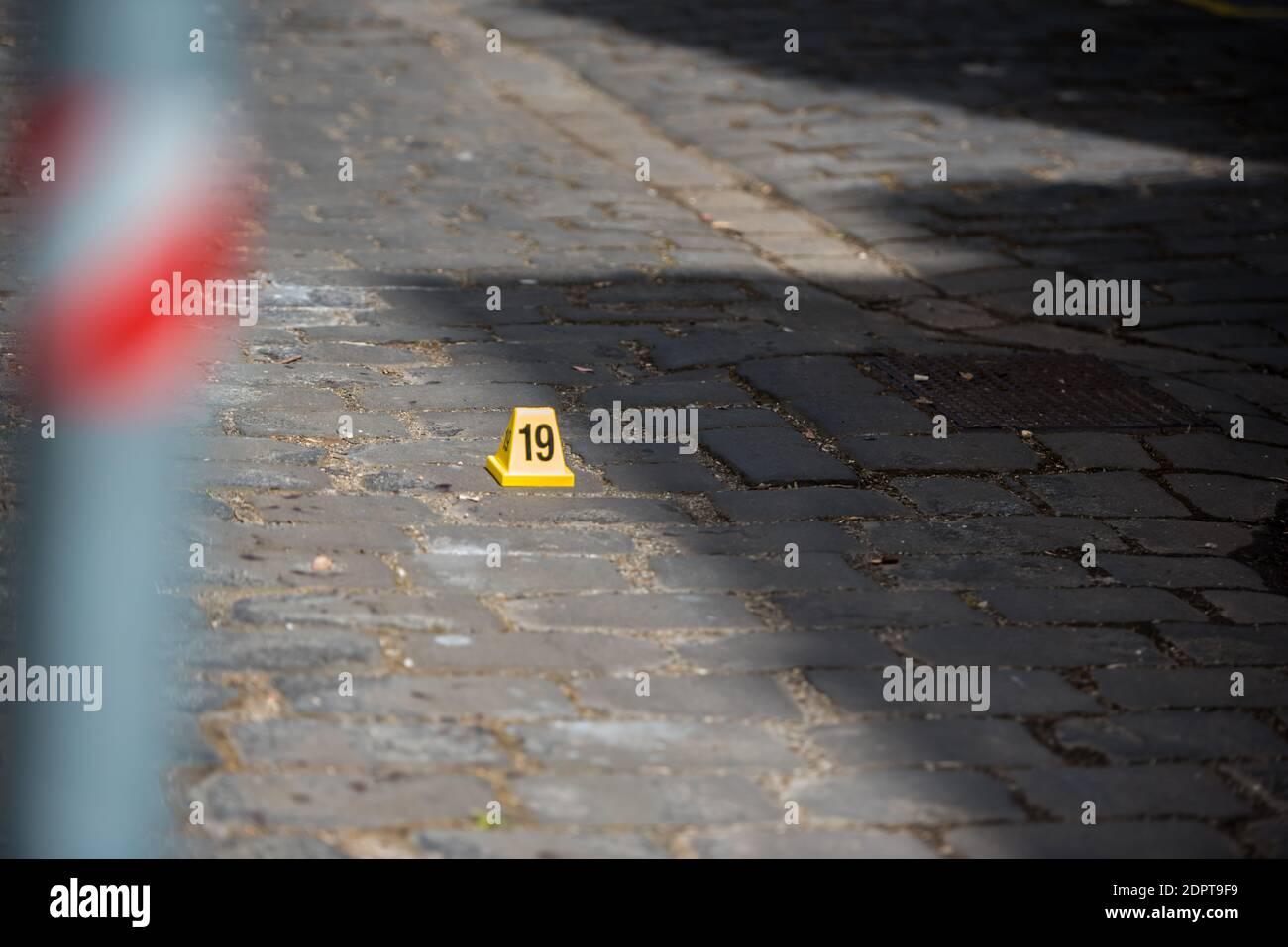 """Melbourne, Australien. Dezember 2020. Blutspuren auf einer Backsteinstraße in einer Gasse in der Nähe des berühmten Nachtflecks.EIN Mann wurde mit schweren Verletzungen an den Händen gefunden und nach einer polizeilichen Untersuchung wurde festgestellt, dass es sich um einen """"medizinischen Vorfall"""" handelt, bei dem es sich um selbstverschuldete Polizeiberichte handelte. Kredit: SOPA Images Limited/Alamy Live Nachrichten Stockfoto"""