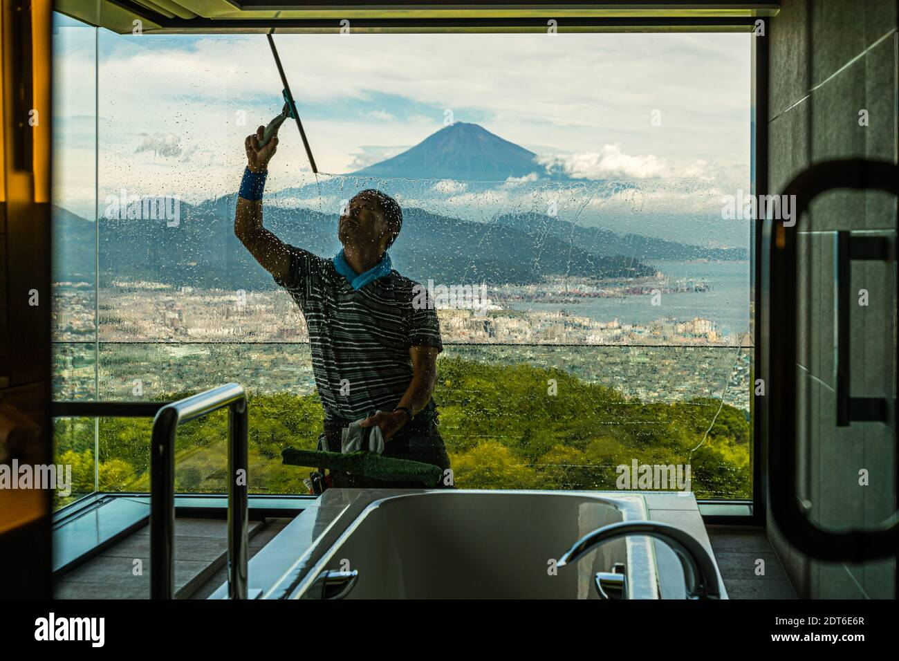 Fensterputzer des Nippondaira Hotels, Shizuoka, Japan mit Blick auf den Fuji Stockfoto