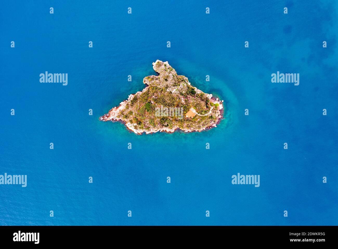 Von oben aus hat man einen Blick auf die kleine Felseninsel Stockfoto
