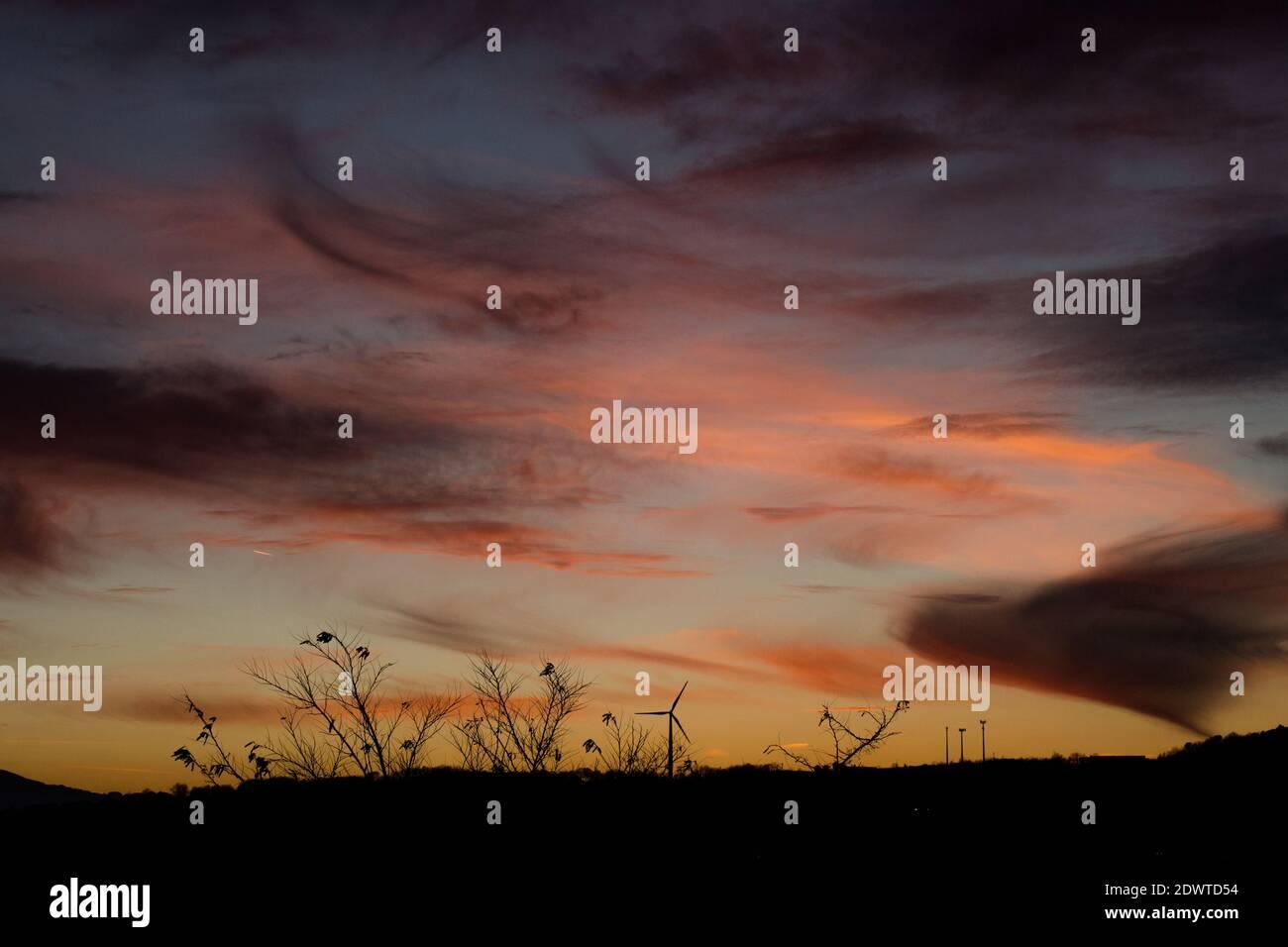 Sonnenuntergang in den Bergen, Spiele von Farben und Wolken Stockfoto
