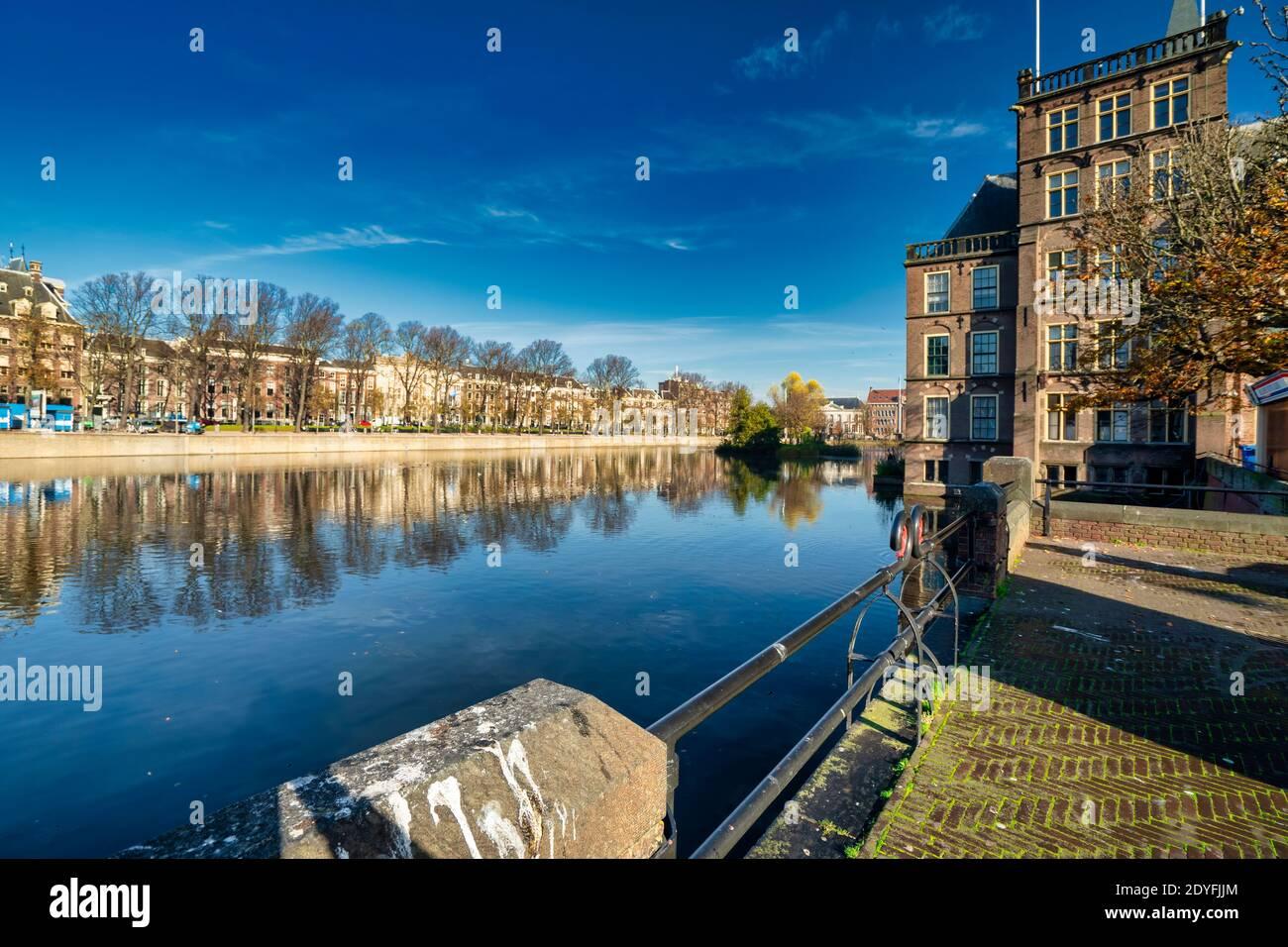 Den Haag, Niederlande - 9. November 2020: Fast menschenleer Park am Teich in der Stadt. Park über dem Wasser gesehen Covid-19 Pandemiekonzept: COVID Stockfoto