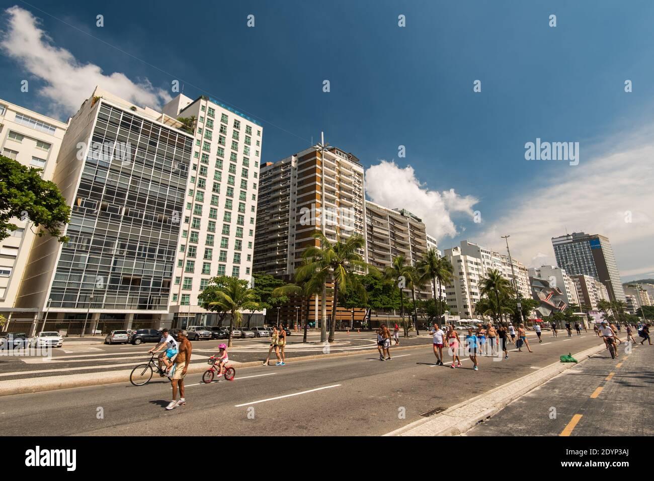 Rio de Janeiro, Brasilien - 15. Januar 2017: Hotel- und Apartmentgebäude an der Avenida Atlantica in Copacabana. Stockfoto