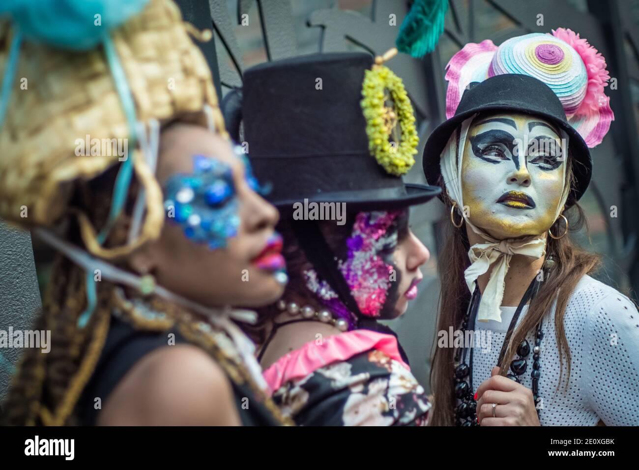 London, Großbritannien. Januar 2021. Models nehmen an einer farbenfrohen Flashmob Street Fashion Show in der Nähe des Sloane Square für den Designer Pierre Garroudi Teil. Kredit: Guy Corbishley / Alamy Live Nachrichten Stockfoto
