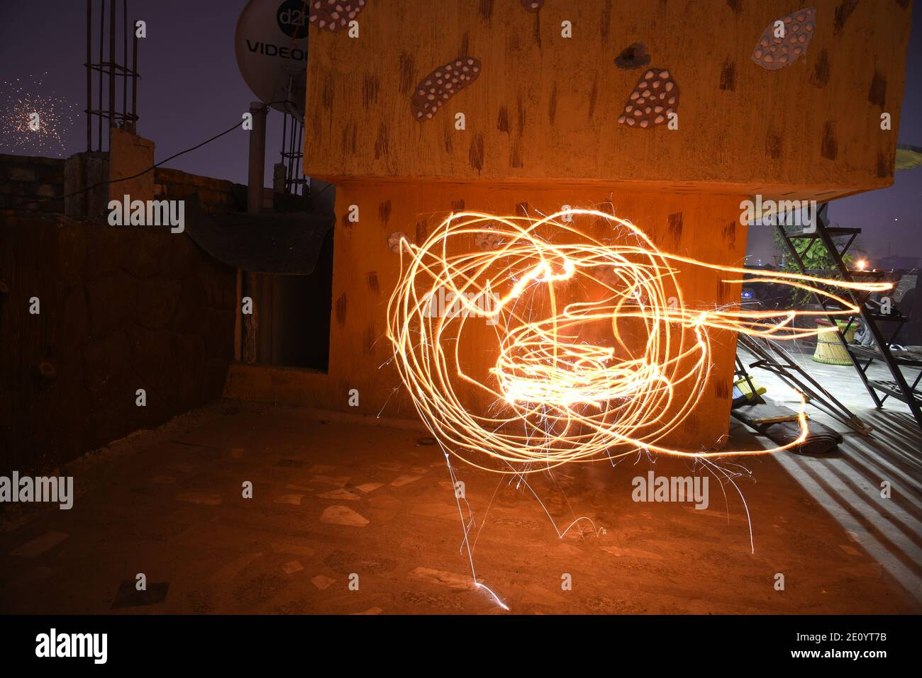 Himmel Feuerwerk erstaunliche Strahlen Himmel während der indischen religiösen Diwali / Depawali Feier in Neu-Delhi, Indien Stockfoto