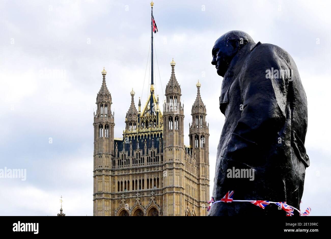 London, Großbritannien. September 2019. Ein Denkmal von Winston Churchill, dem ehemaligen Premierminister von Großbritannien, vor dem Victoria Tower des Westminster Palace. Quelle: Waltraud Grubitzsch/dpa-Zentralbild/ZB/dpa/Alamy Live News Stockfoto