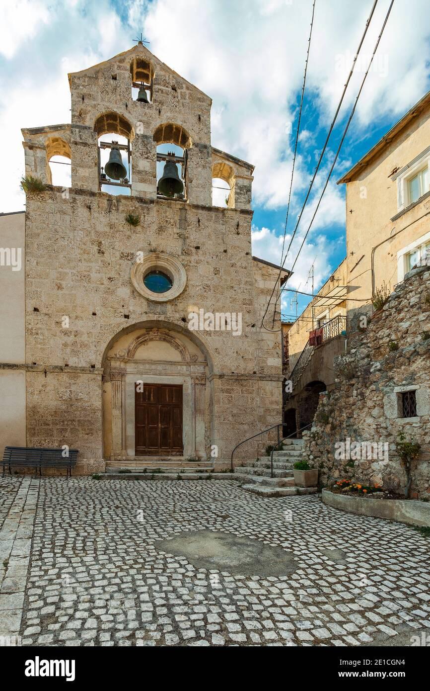 Die Pfarrkirche, San Giovanni Battista gewidmet, der alten Ortschaft Castelvecchio Calvisio. Provinz L'Aquila, Abruzzen, Italien, Europa Stockfoto