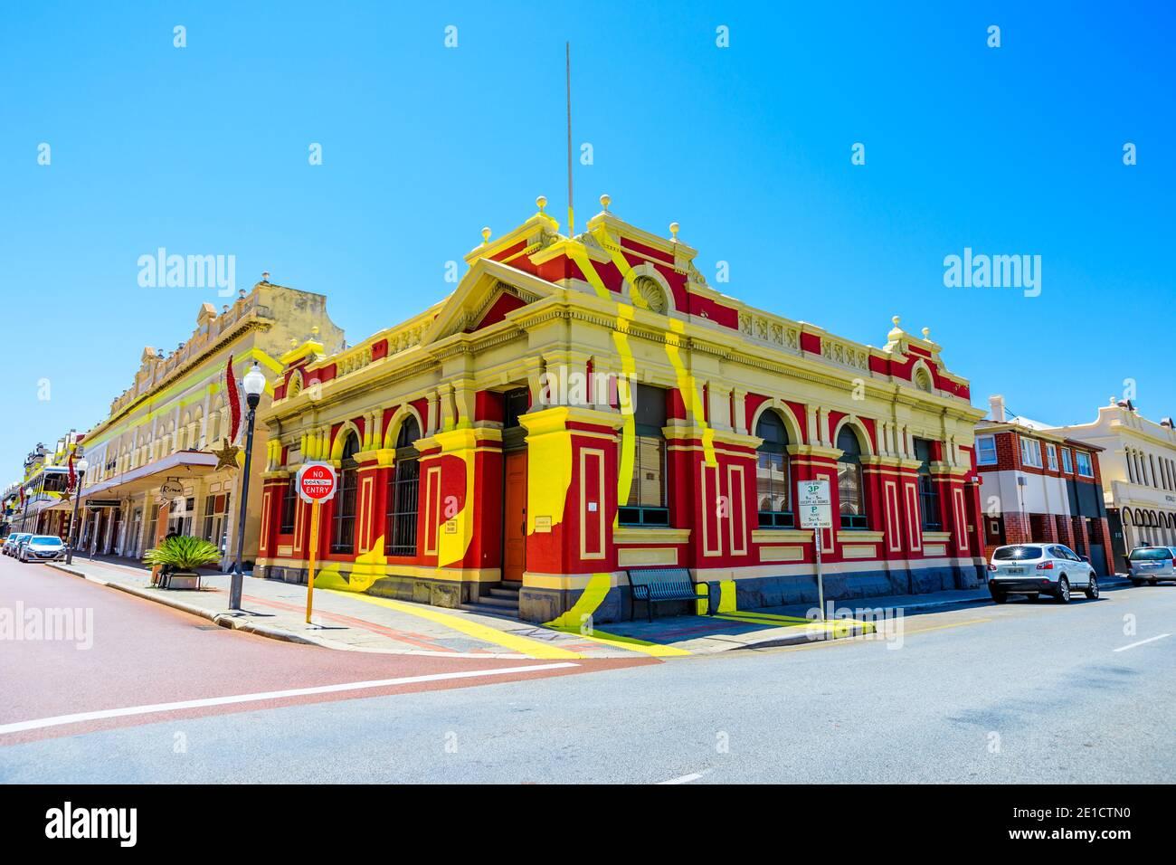 Fremantle, Western Australia - Jan 2, 2018: Historisches Gebäude an der Ecke der High Street und Adelaide Street und ist Teil der optischen Illusion Stockfoto