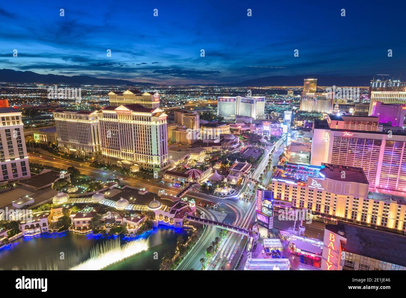 LAS VEGAS, NEVADA - 13. MAI 2019: Hotels und Kasinos entlang des Streifens in der Abenddämmerung. Stockfoto