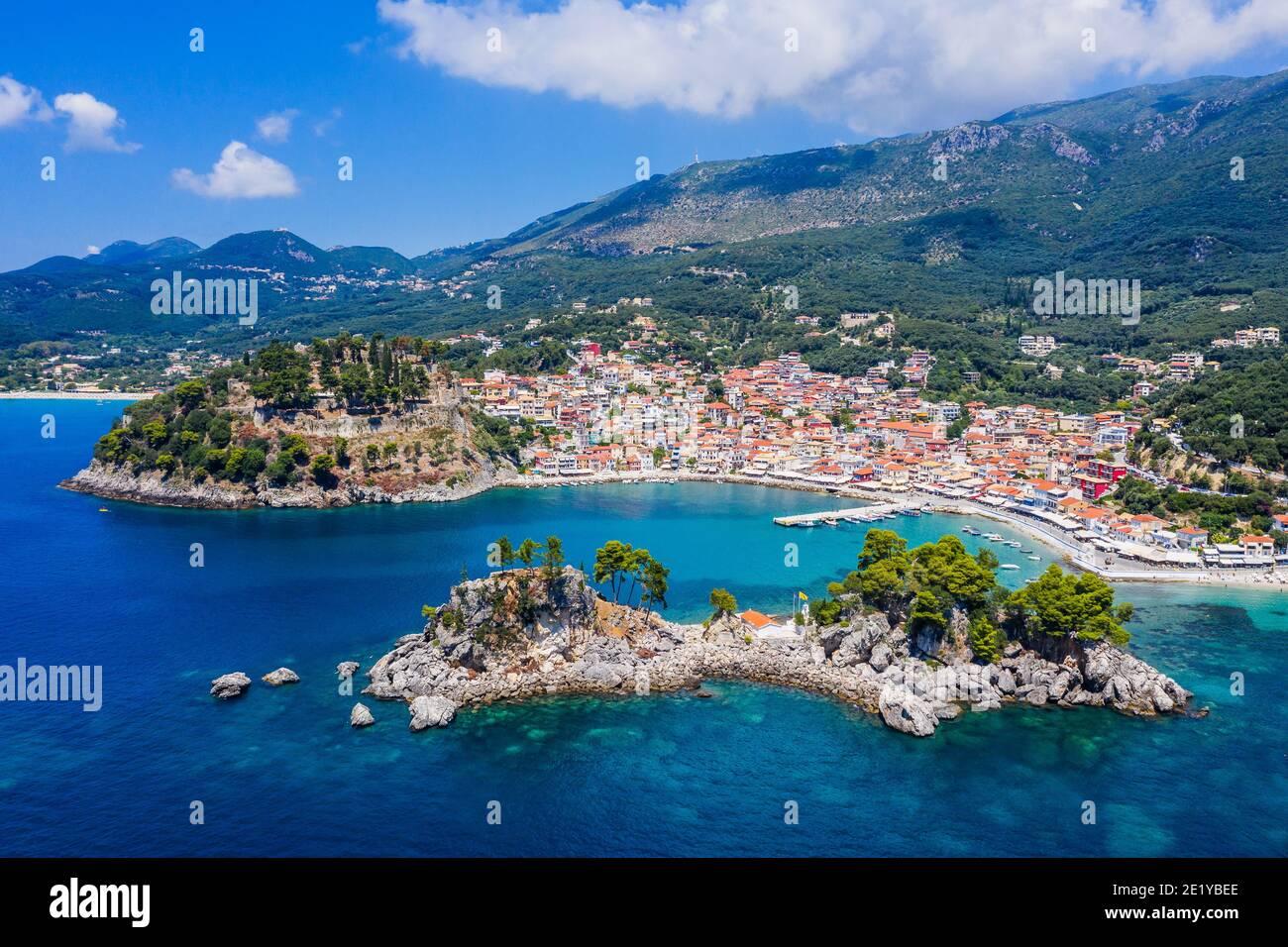 Parga, Griechenland. Luftaufnahme des Ortes und der Insel Panagia. Stockfoto
