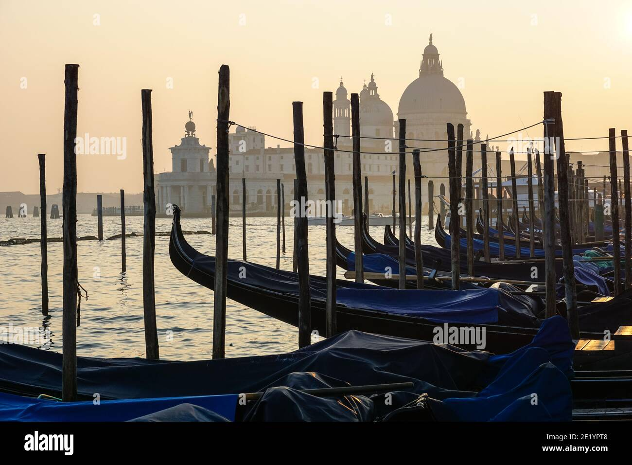 Venezianische Gondel bei Sonnenuntergang, Gondeln in Venedig mit Santa Maria della Salute Basilika im Hintergrund, Italien Stockfoto