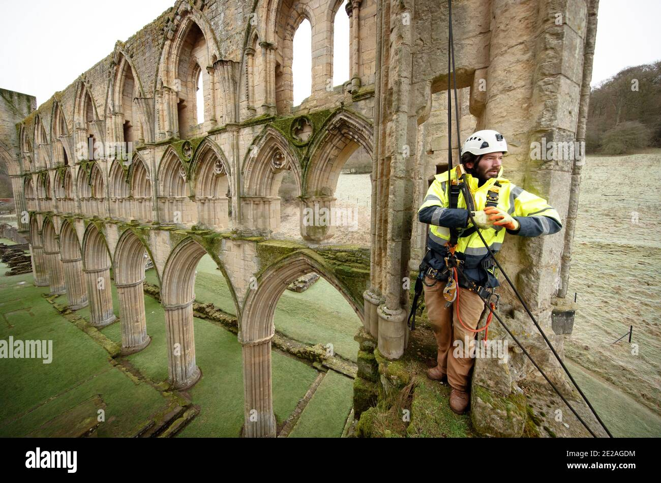 Der Steinmetz James Preston von SSH Conservation, untersucht die Rievaulx Abbey in North Yorkshire, da sich English Heritage darauf vorbereitet, wichtige Naturschutzarbeiten durchzuführen. English Heritage beauftragt eine Untersuchung der Abtei Rievaulx in einem fünfjährigen Zyklus, um den Zustand der Abtei vom Boden bis zur Spitze der Struktur zu beurteilen. Stockfoto