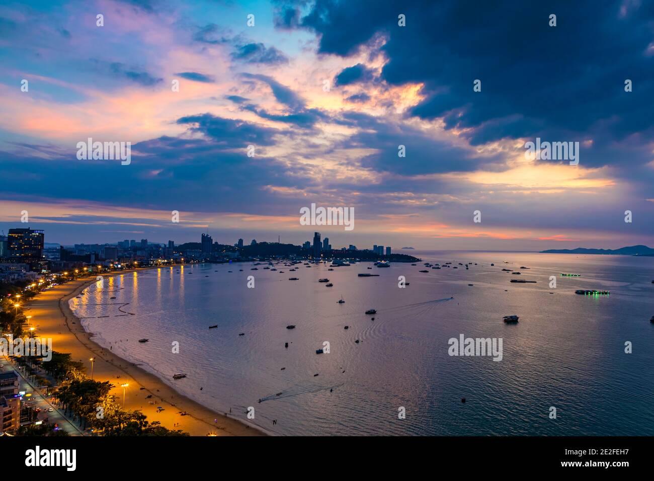 Abendlandschaft von Pattaya Strand und Meer, Chon Buri, ThailandPattaya, Chon Buri, Thailand Stockfoto