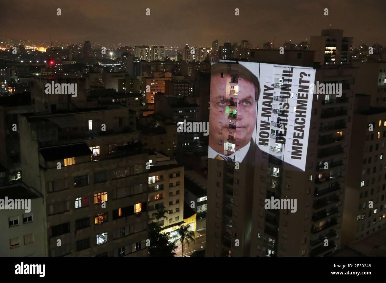 """Ein Bild des brasilianischen Präsidenten Jair Bolsonaro mit dem Satz """"wie viele Todesfälle bis zur Amtsenthebung"""" wird auf ein Gebäude projiziert, während eines Protestes gegen seine Politik gegen den Ausbruch der Coronavirus-Krankheit (COVID-19) und die Manaus-Gesundheitskrise im Viertel Santa Cecilia in Sao Paulo, Brasilien, 15. Januar 2021. REUTERS/Amanda Perobelli Stockfoto"""