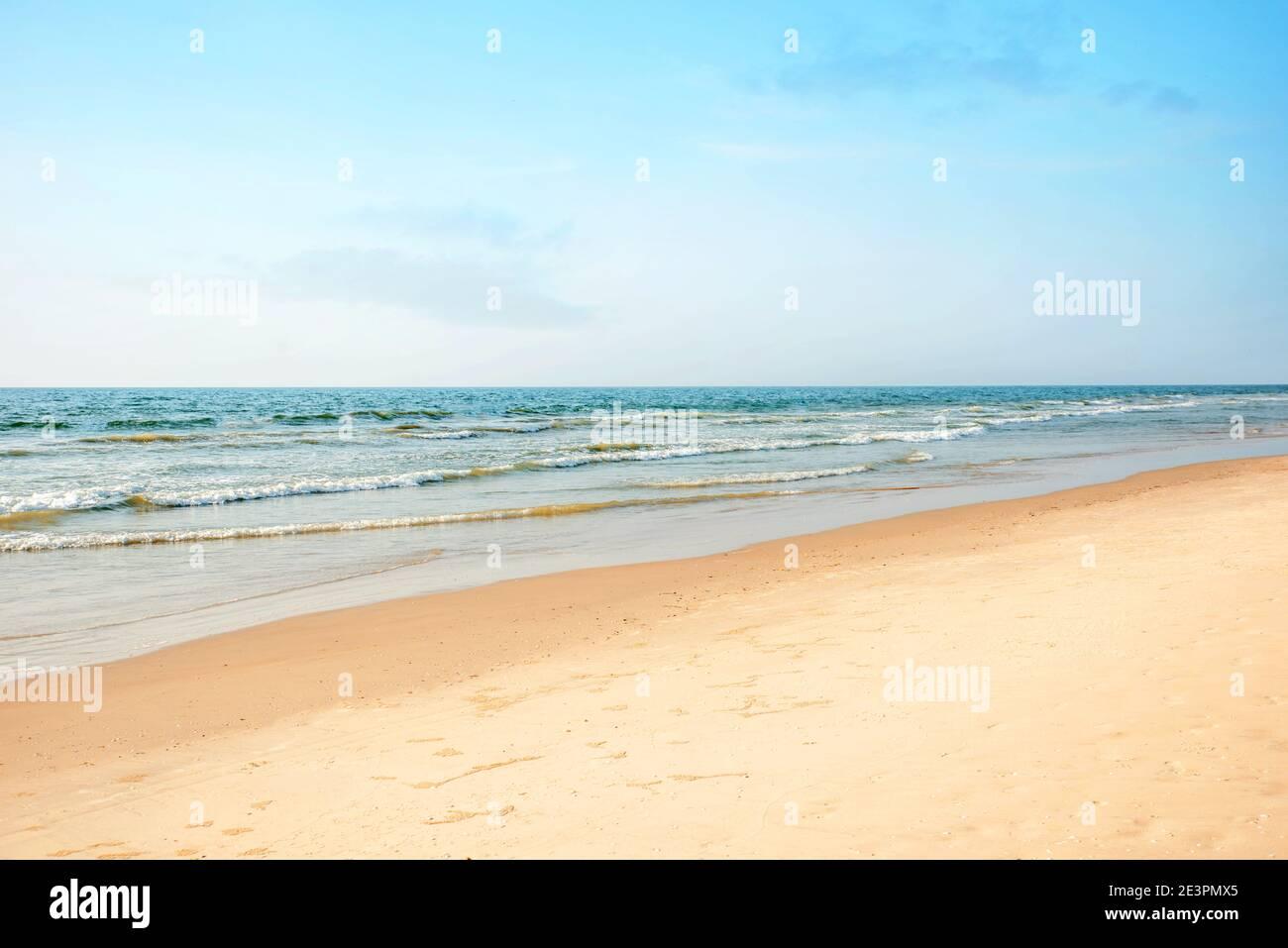 Sauberer Strand und tropische Meereslandschaft Stockfoto