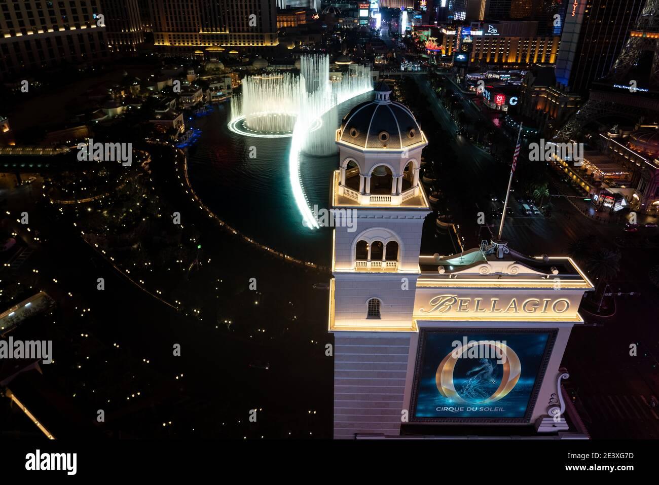 Die Springbrunnen von Bellagio setzen auf ihre Wassershow an Nacht auf dem Las Vegas Strip Stockfoto