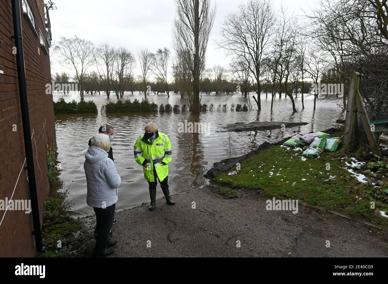 Großbritanniens Premierminister Boris Johnson spricht mit den Anwohnern während seines Besuchs in Whington in Manchester, während Sturm Christoph schwere Regenfälle und Überschwemmungen im ganzen Land, Großbritannien, 21. Januar 2021, bringt. Paul Ellis/Pool via REUTERS Stockfoto