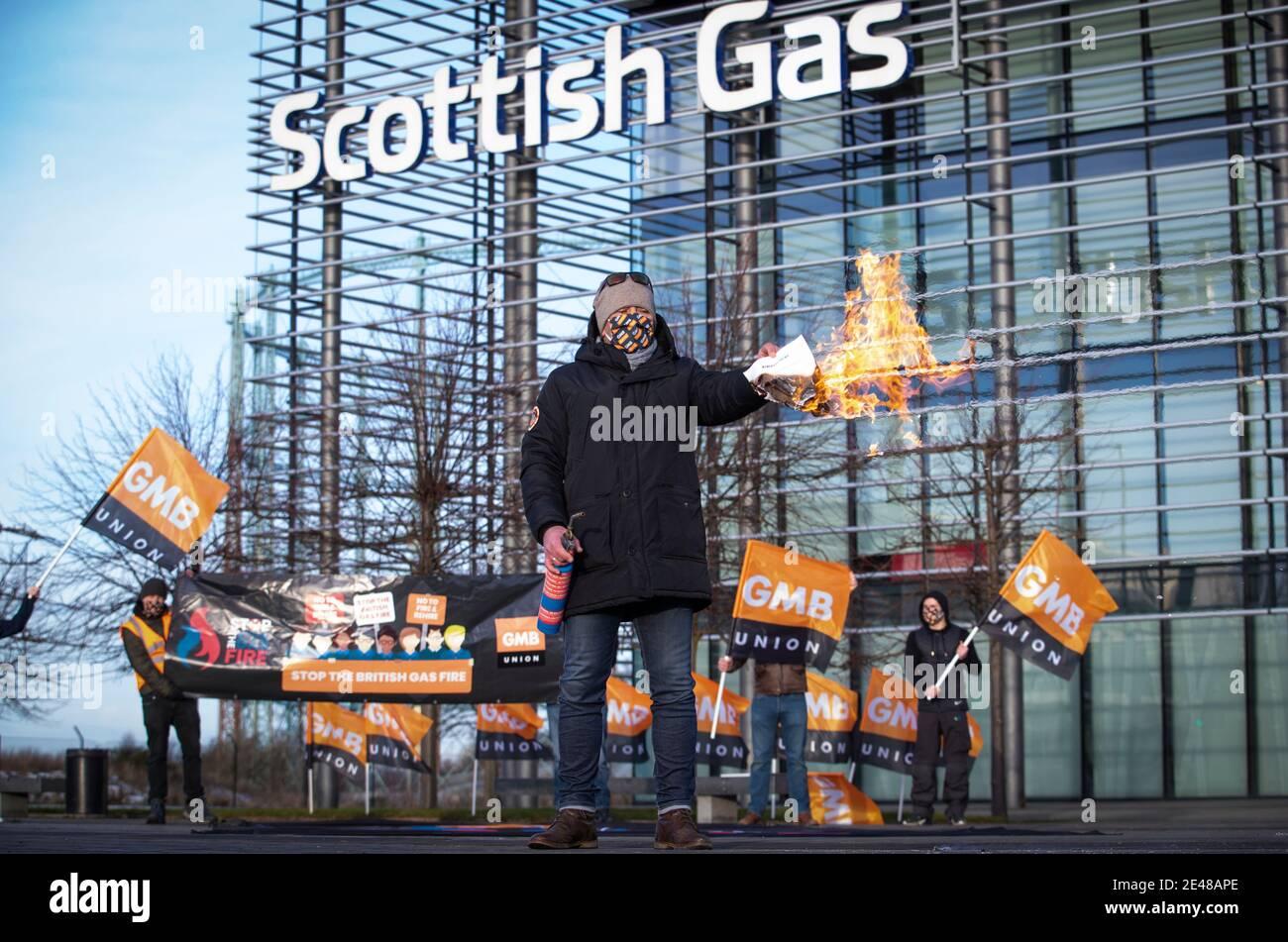 Einer der britischen Gasarbeiter vor dem Scottish Gas Call Center in Edinburgh hat am sechsten Tag eines siebentägigen Streiks über neue Verträge den neuen Vertrag in Brand gesetzt. Bilddatum: Freitag, 22. Januar 2021. Stockfoto
