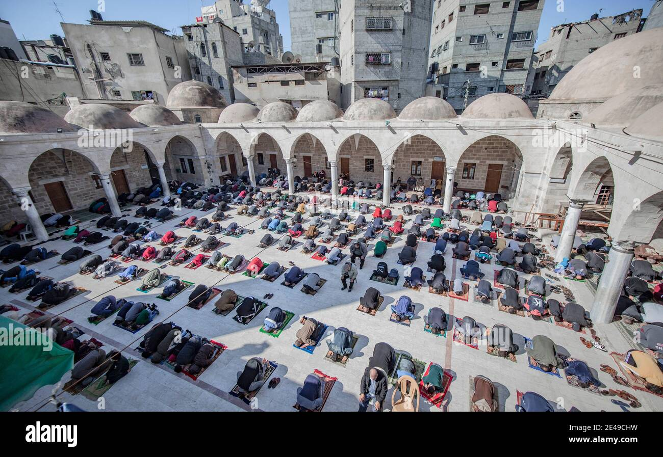 Gaza-Stadt, Der Gazastreifen, Palästina. Januar 2021. Palästinenser nehmen am Freitagsgebet in Gaza-Stadt Teil, während die Moscheen im Gazastreifen wieder geöffnet werden. Kredit: Abed Alrahman Alkahlout/Quds Net Nachrichten/ZUMA Wire/Alamy Live Nachrichten Stockfoto