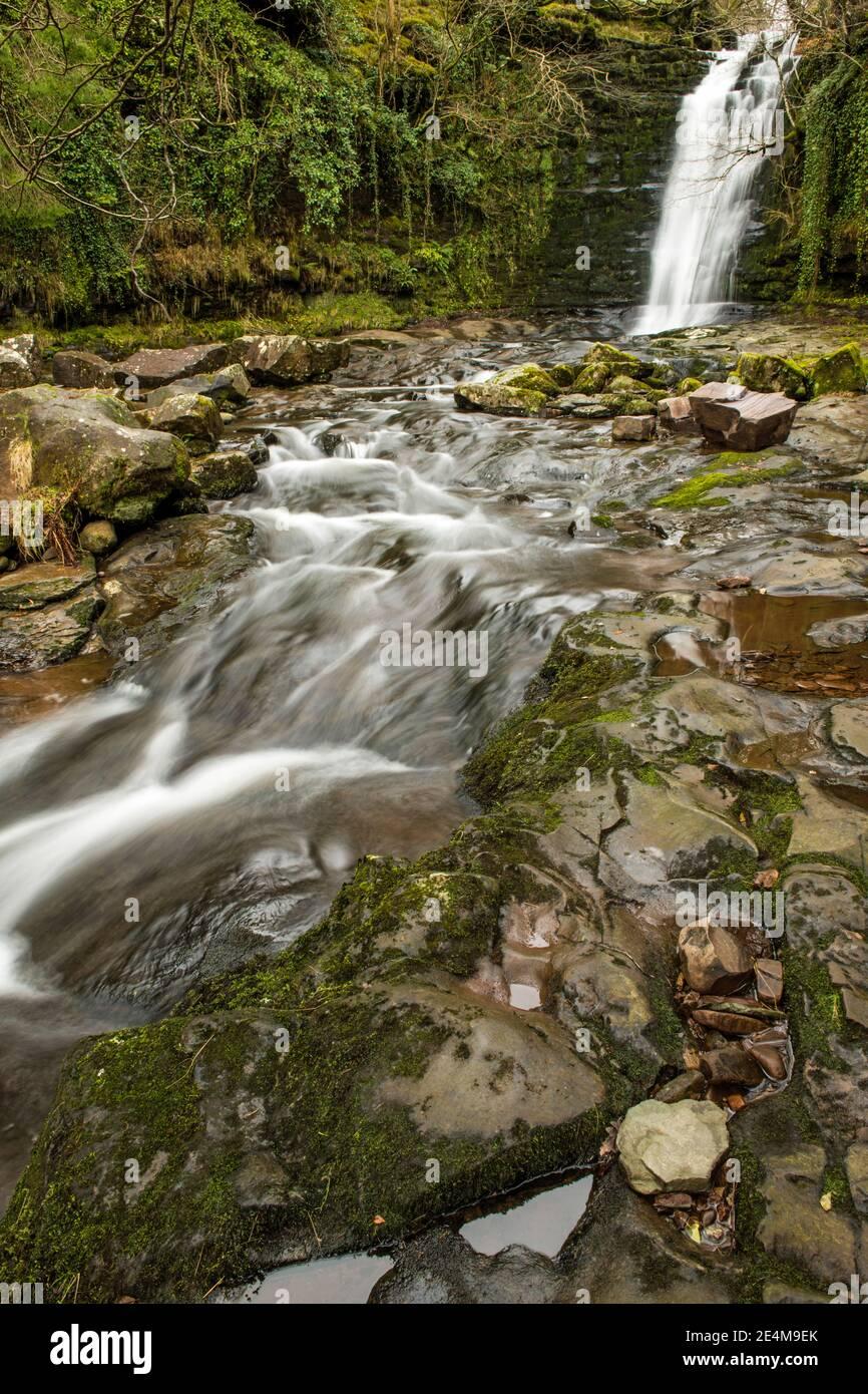 Der Blaen y Glyn Wasserfall am Fluss Caerfanell in der Central Brecon Beacons, in Südwales. Stockfoto