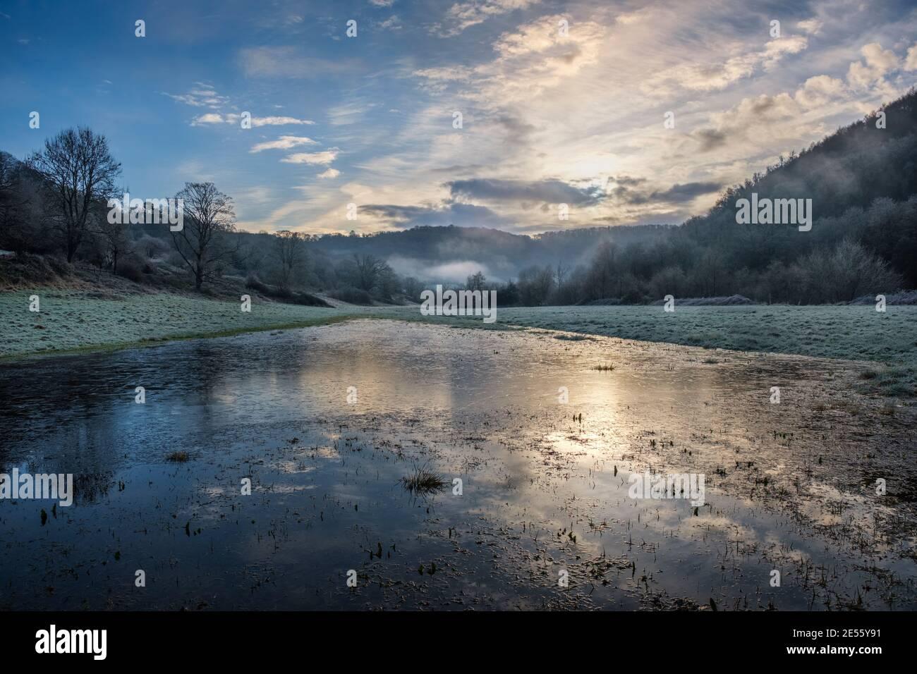 Großer Körper von gefrorenem Hochwasser neben dem Fluss Wye bei Brockweir. Stockfoto