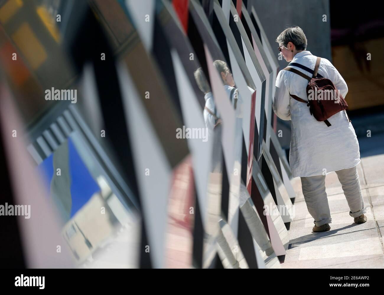 """Ein Besucher geht vorbei an einer Einrichtung im Rahmen der Ausstellung """"Klau Fini Infini, Travaux in-situ"""" vom französischen Künstler Daniel Buren im MaMo Art Center in Marseille 12. September 2014. Die MaMo Zentrum für zeitgenössische Kunst ist installiert auf der restaurierten Dachterrasse von Le Corbusiers 1947 Cite Radieuse (Radiant City) und vom französischen Designer Ora-Ito angelegt. Die Ausstellung läuft bis zum 30. September 2014.          REUTERS/Jean-Paul Pelissier (Frankreich - Tags: ENTERTAINMENT Gesellschaft) Stockfoto"""