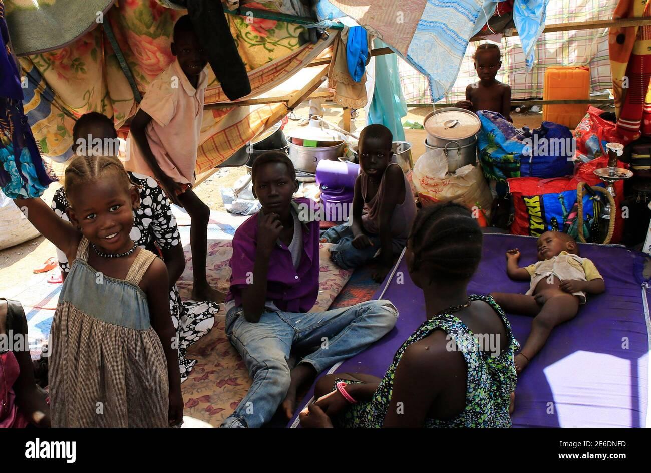 Vertriebene aus Süd-Sudan Nuer Stamm, die ihre Heimat in der Furcht vor ethnischen Tötung durch die Dinka-geführte Regierung geflohen, Ruhe in einer provisorischen Unterkunft innerhalb der Mission der Vereinten Nationen in Sudan (UNAMIS) Anlage in Jabel, am Rande des Südsudans Hauptstadt Juba 23. Dezember 2013. Auseinandersetzungen zwischen rivalisierenden Gruppen von Soldaten in Juba vor einer Woche haben über das Land verteilt, die seine Unabhängigkeit vom Sudan nach Jahrzehnten des Krieges im Jahr 2011 gewann. Präsident Salva Kiir, beschuldigt Süd-Sudan Dinka ethnischen Gruppe, ehemaliger Vizepräsident Riek Machar, ein Nuer wen er im Juli versuchen entlassen Stockfoto