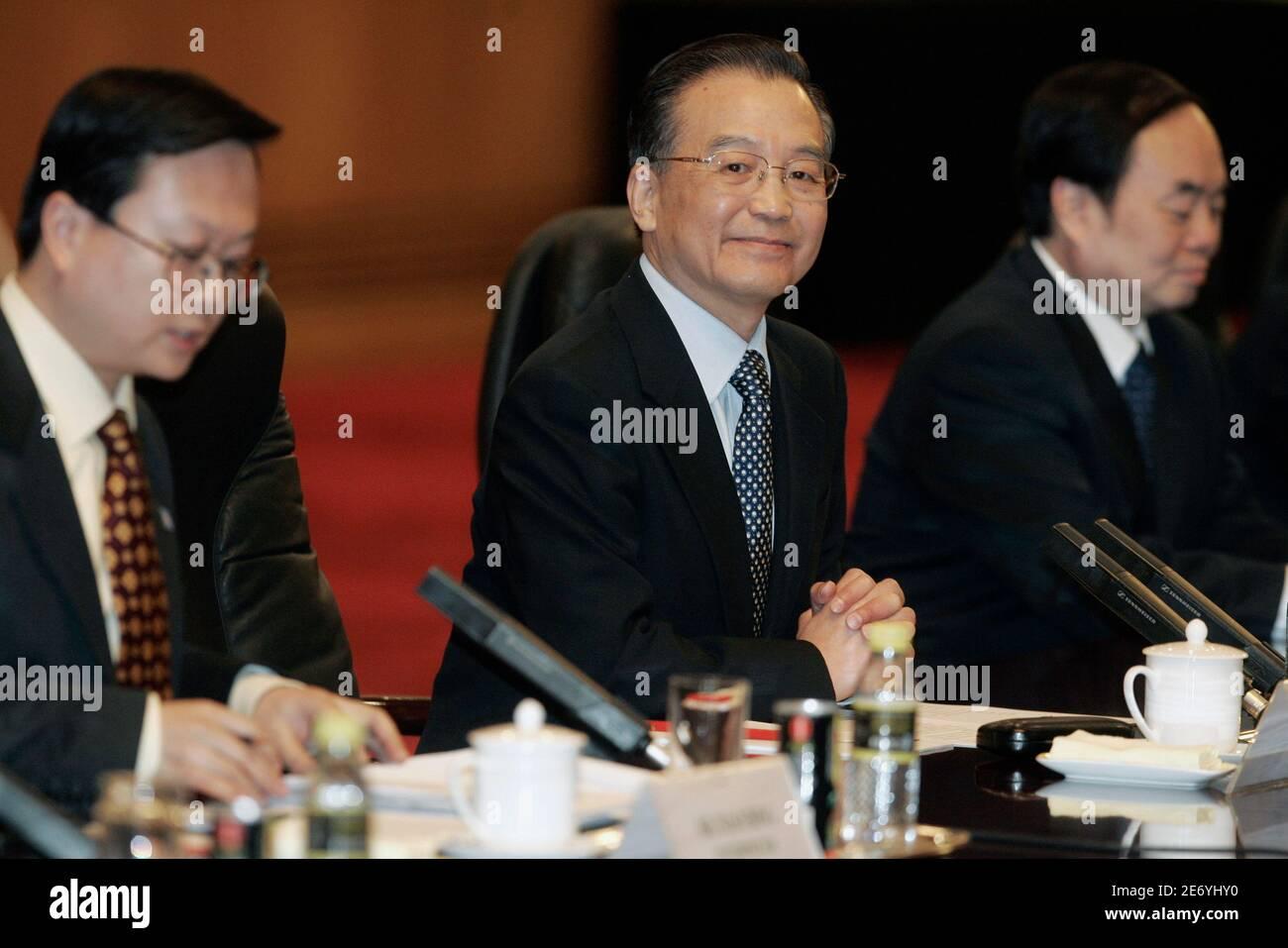 Der chinesische Premierminister Wen Jiabao (C) sitzt bei Gesprächen mit Portugals Premierminister Jose Sokrates in der Großen Volkshalle in Peking am 31. Januar 2007 mit nicht identifizierten chinesischen Beamten zusammen. REUTERS/Michael Reynolds/Pool (CHINA) Stockfoto