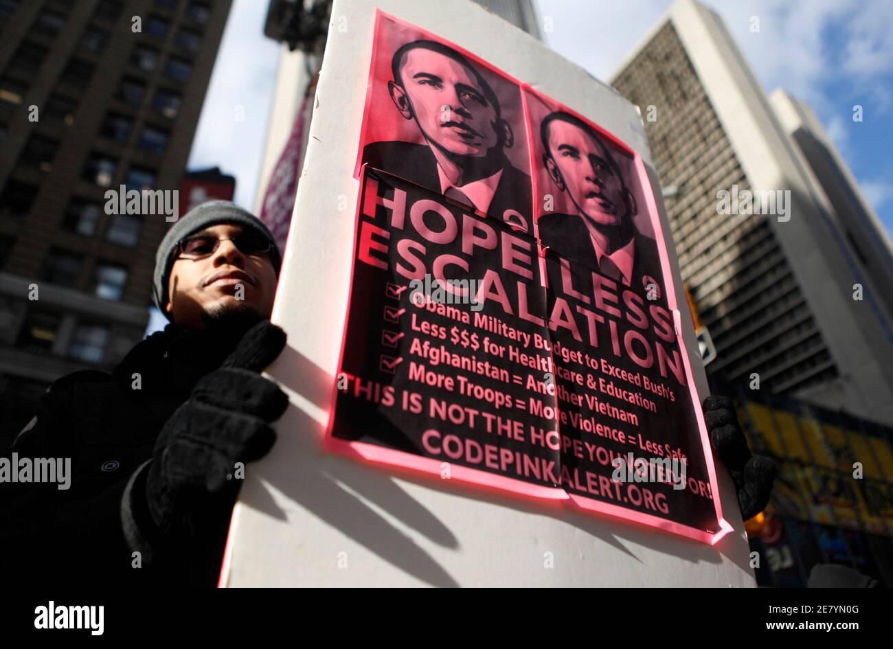 Daniel Velez, 29, der Bronx, protestiert gegen US-Präsident Barack Obama den Friedensnobelpreis in New York City 10. Dezember 2009 Akzeptanz. REUTERS/Jessica Rinaldi (Vereinigte Staaten-Politik-Konflikt) Stockfoto