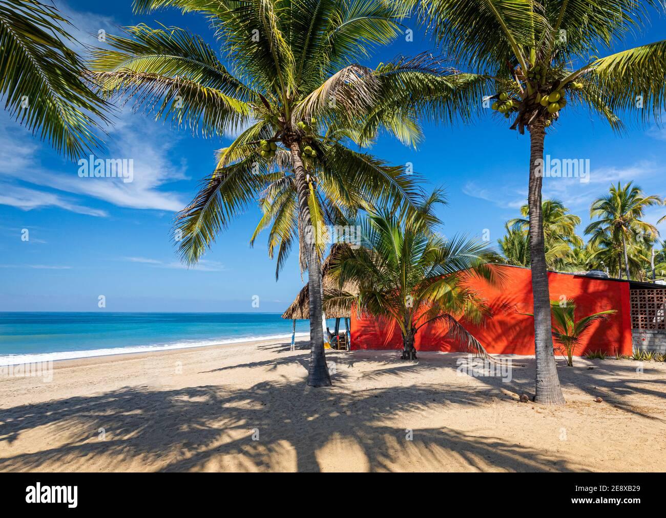 Rotes Haus am Strand von Lo De Marcos an der Pazifikküste von Nayarit, Mexiko. Stockfoto