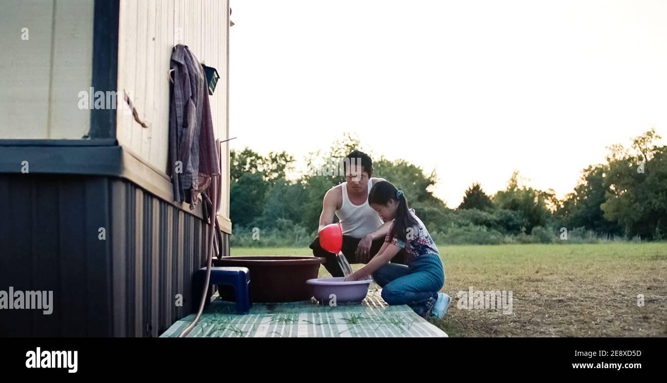 USA. Steven Yeun in ©A24 neuer Film: Minari (2020). Grundstück: Eine koreanische Familie zieht in den 1980er Jahren nach Arkansas, um eine Farm zu gründen. Ref.: LMK110-J6854-180121 geliefert von LMKMEDIA. Nur Redaktionell. Landmark Media ist nicht der Urheberrechtsinhaber dieser Film- oder TV-Standbilder, bietet aber einen Service nur für anerkannte Medien. pictures@lmkmedia.com Stockfoto