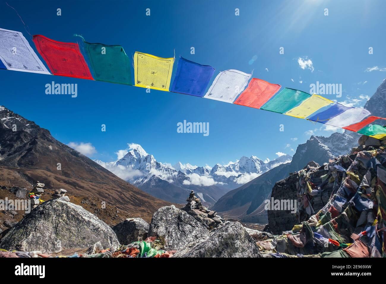 Heilige buddhist beten bunten Fahnen mit Mantras flattern und winken Bei starkem Wind mit Talblick und Ama Dablam 6812m Peak.Everest Base C Stockfoto