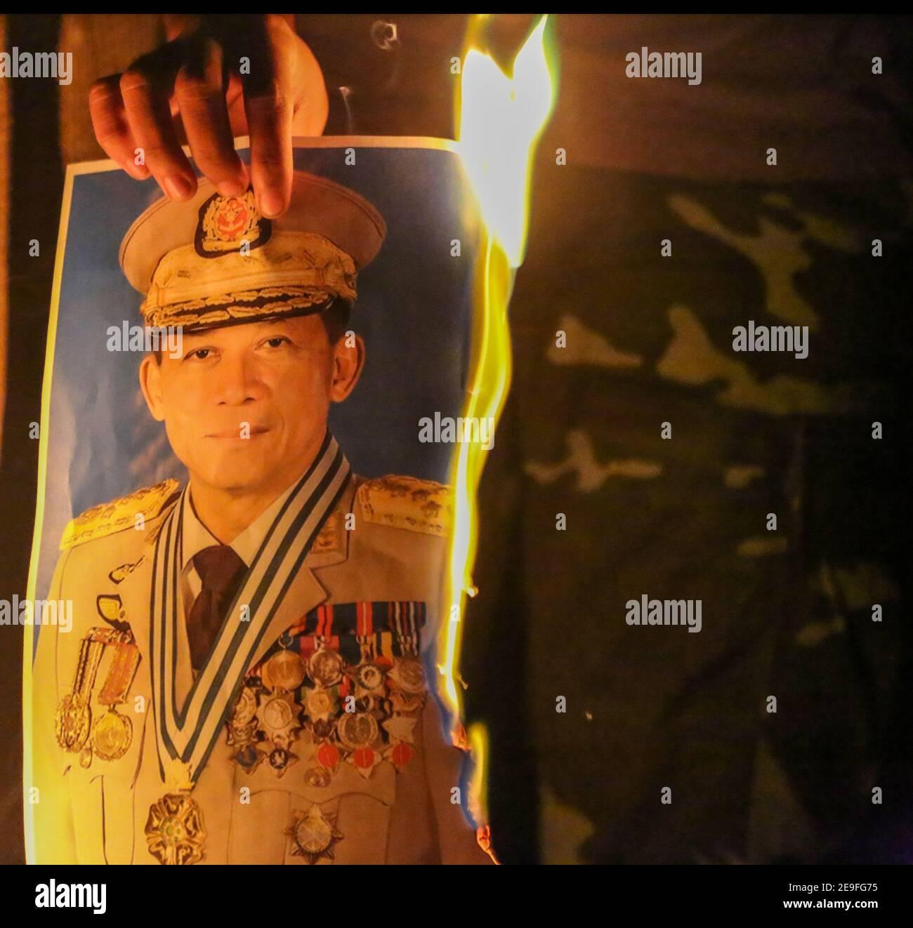 Brennendes Porträt des Oberbefehlshabers der Burma-Armee Min Aung Hlaing aus Protest gegen den Militärputsch.Myanmar-Militärs nahmen am 01. Februar die staatliche Beraterin von Myanmar Aung San Suu Kyi fest, 2021 und erklärte den Ausnahmezustand, während er die Macht im Land für ein Jahr nach dem Verlust der Wahl gegen die National League for Democracy (NLD) ergass. Stockfoto
