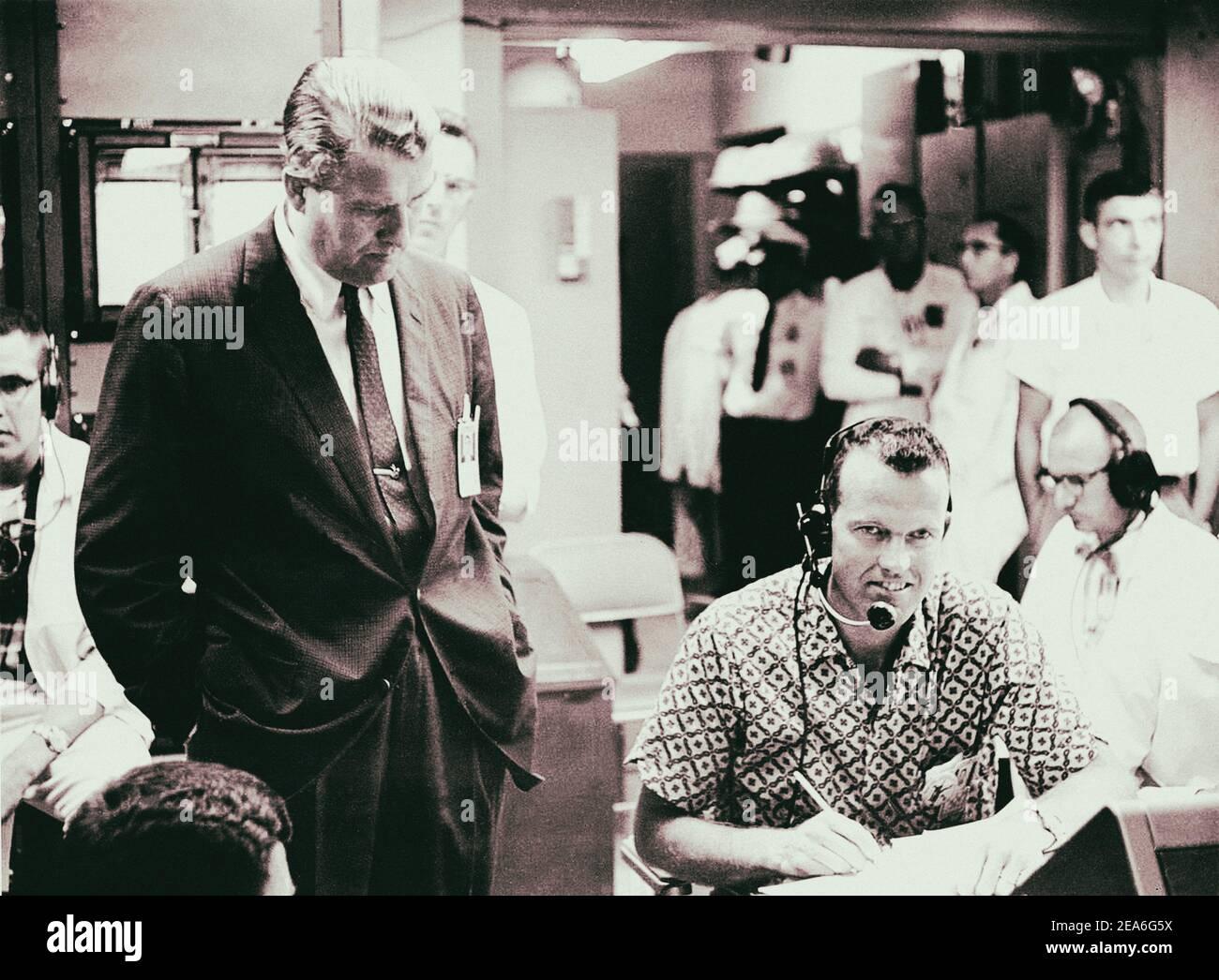 Dr. Werner von Braun und L. Astronaut Gordon Cooper. USA. 1965 Stockfoto