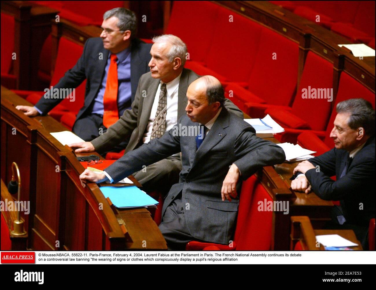 © Mousse/ABACA. 55622-11. Paris-Frankreich, 4. Februar 2004. Laurent Fabius im Parlament in Paris. Die französische Nationalversammlung setzt ihre Debatte über ein umstrittenes Gesetz fort, das das Tragen von Zeichen oder Kleidung, die auffällig die religiöse Zugehörigkeit eines Schülers zeigen, verbietet Stockfoto