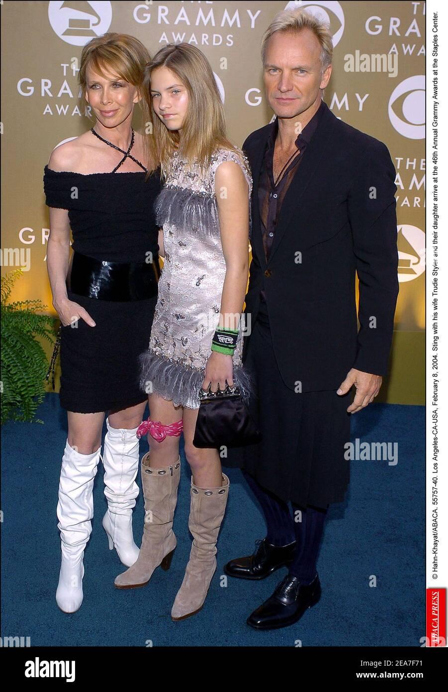 © Hahn-Khayat/ABACA. 55757-40. Los Angeles-CA-USA, 8. Februar 2004. Sting mit seiner Frau Trudie Styler und ihrer Tochter kommen bei den Annual Grammy Awards 46th im Staples Center an. Stockfoto