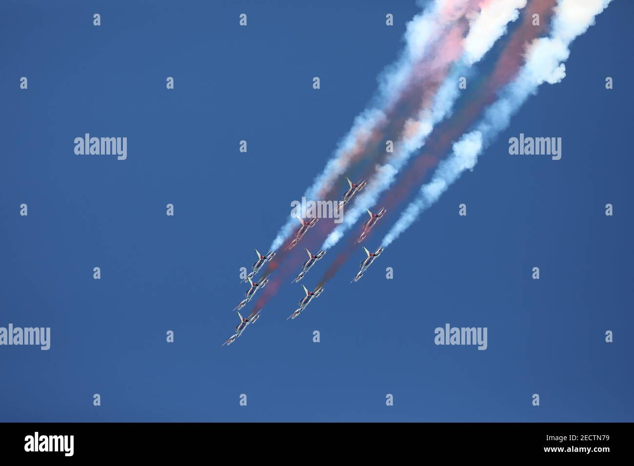 Frecce Tricolori akrobatische Luftpatrouille während 2021 FIS Alpine  Skiweltmeisterschaft - Abfahrt - Männer, alpines Skirennen in Cortina (BL),  Italien, Februar 14 2021 Stockfotografie - Alamy