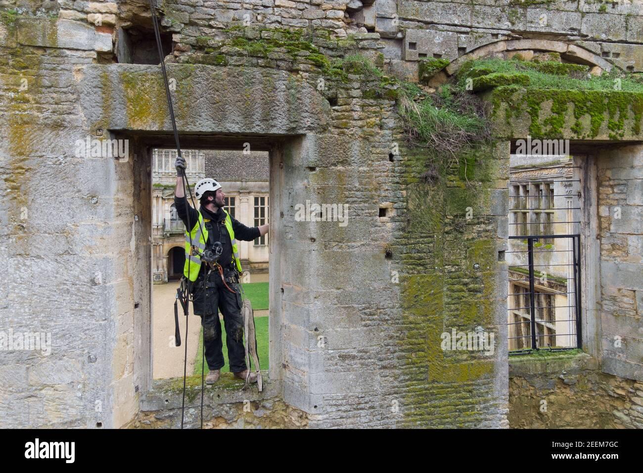 Der Steinmetz James Preston von SSH Conservation Survey Kirby Hall in Corby, Northamptonshire, als English Heritage bereitet sich auf die Durchführung von wichtigen Naturschutzarbeiten. Bilddatum: Dienstag, 16. Februar 2021. Stockfoto