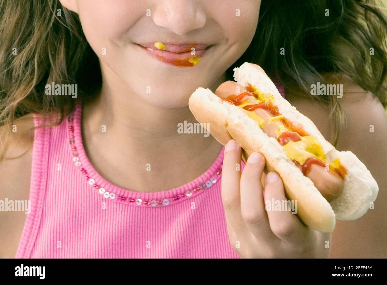 Nahaufnahme eines Mädchens, das einen Hot Dog isst Stockfoto