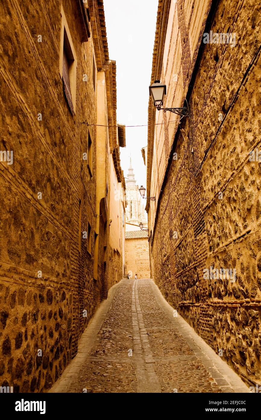 Gebäude entlang einer Gasse, Toledo, Spanien Stockfoto