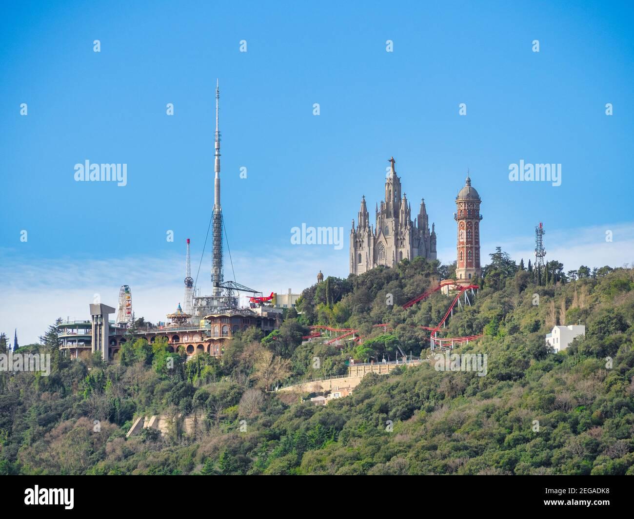 Der Gipfel des Berges Tibidabo, der höchste Punkt der Stadt Barcelona, Spanien. Sichtbar sind die Kathedrale des Heiligen Herzens, der Vergnügungspark, ein Stockfoto