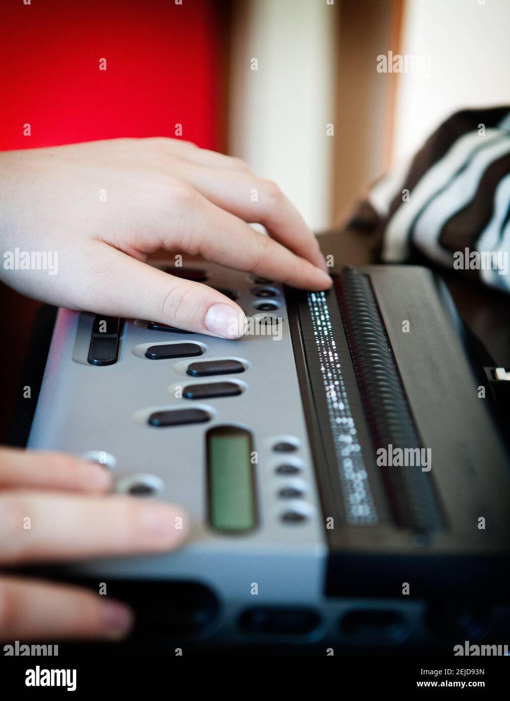 Laptop in Braille-Schrift, der Sehbehinderten Zugang zu Computern ermöglicht. Stockfoto