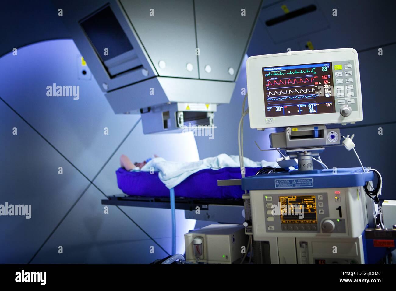 Die Protonentherapie bestrahlt Krebszellen mit einem Protonenstrahl im Inneren des Tumors. Stockfoto