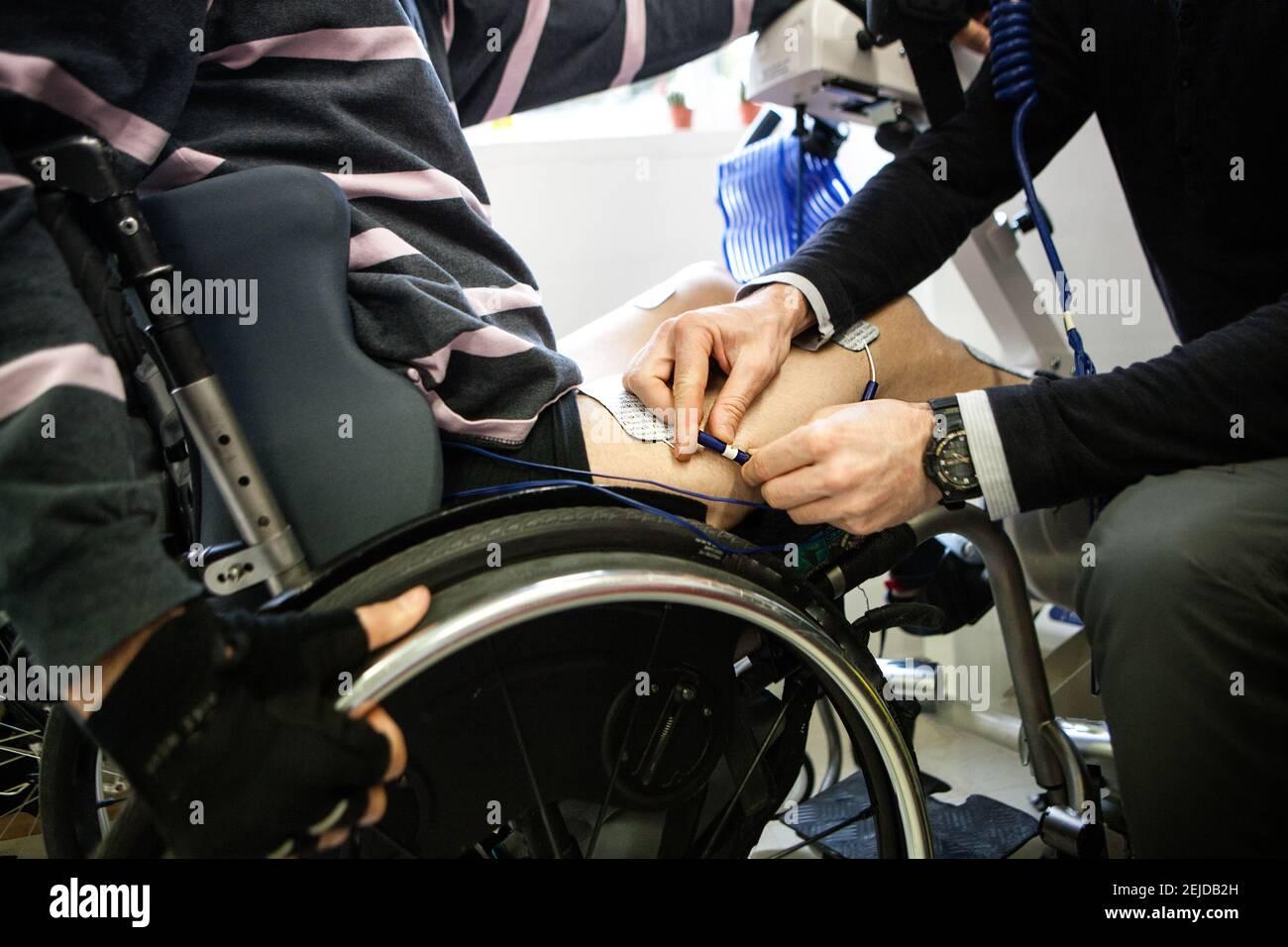 Wettbewerb von Athleten mit bionischen Geräten mit Elektrostimulation und Gehirn-Maschine-Schnittstellen ausgestattet. Stockfoto