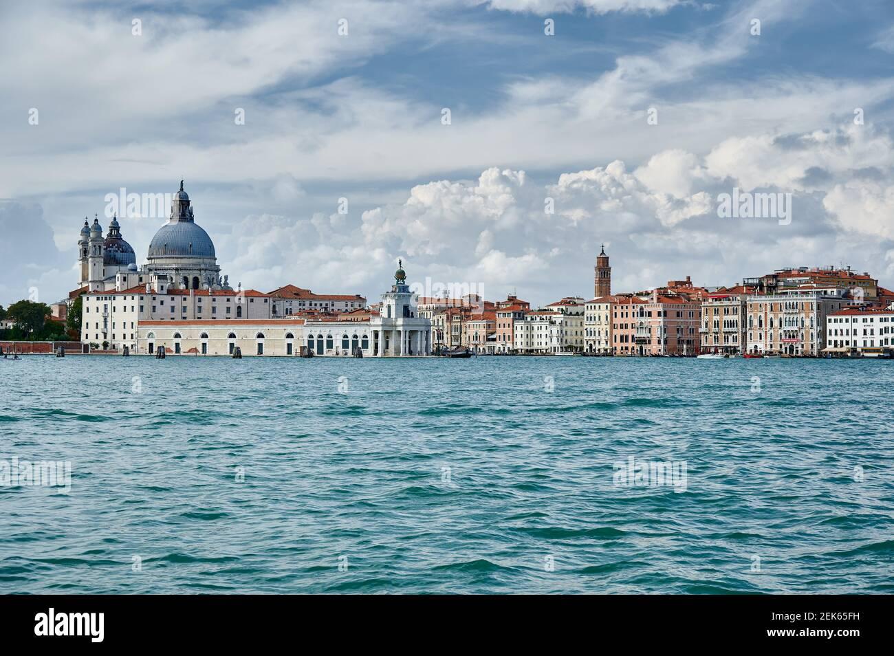 Blick von der Insel San Giorgio Maggiore auf die Basilica di Santa Maria della Salute und Punta della Dogana, Venedig, Venetien, Italien Stockfoto