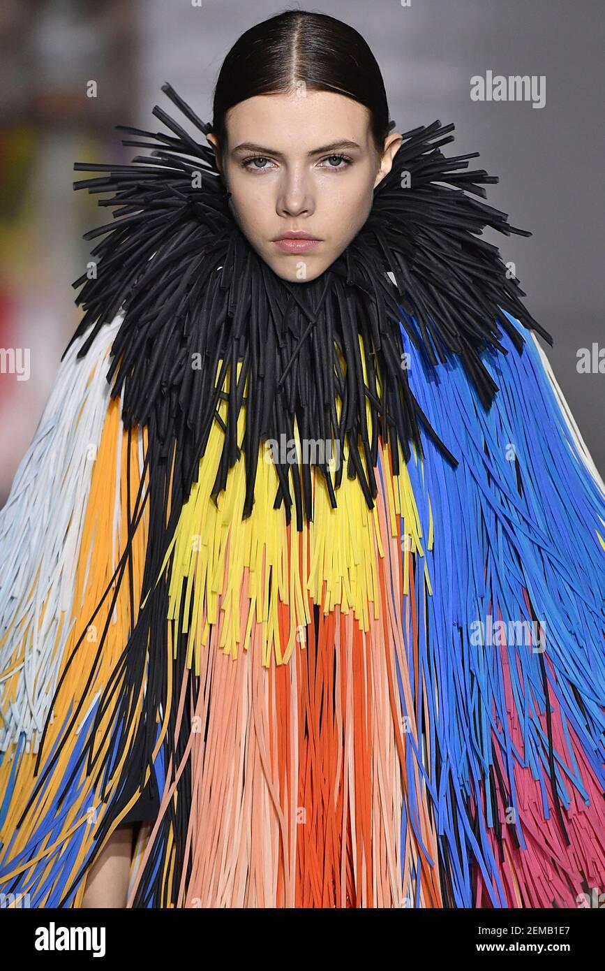 Lea Julian läuft auf der Piste während der Givenchy Haute Couture ...