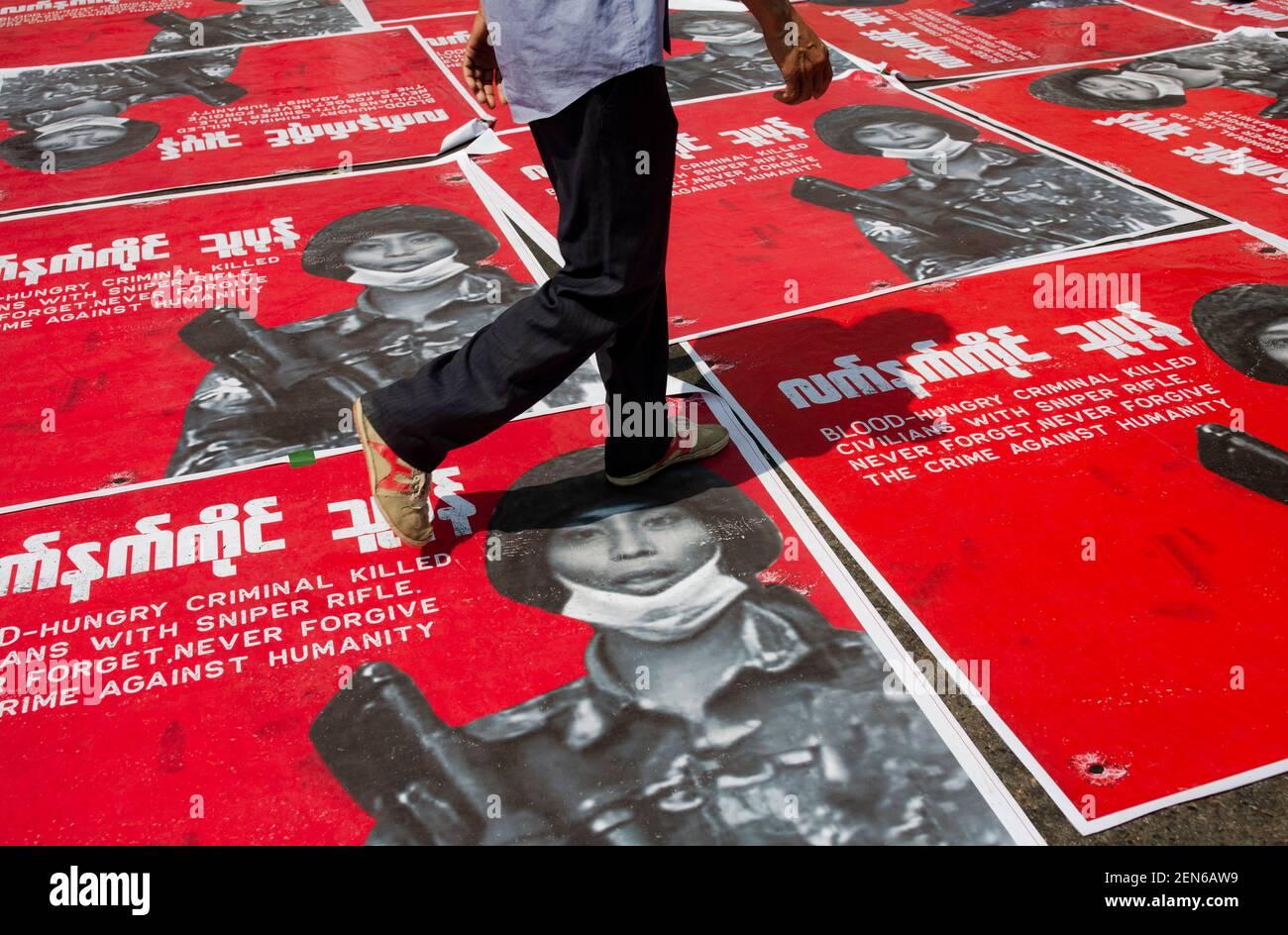 Yangon, Myanmar. Februar 2021, 22nd. Ein Protestant tritt auf ein Porträt von Myanmars Soldaten, der während des Protestes Zivilisten in der Mandalay-Demonstration getötet hat. Eine riesige Menschenmenge ging auf die Straßen von Yangon, um gegen den Militärputsch zu protestieren und forderte die Freilassung von Aung San Suu Kyi. Das Militär von Myanmar nahm am 01. Februar 2021 die staatliche Beraterin von Myanmar Aung San Suu Kyi fest und verhängte den Ausnahmezustand, während sie die Macht im Land für ein Jahr ergattete, nachdem sie die Wahl gegen die National League for Democracy verloren hatte.Quelle: Aung Kyaw Htet/SOPA Images/ZUMA Wire/Alamy Live News Stockfoto