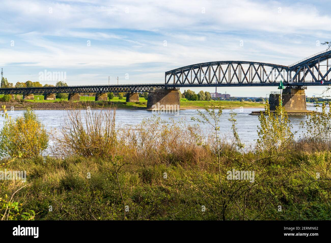 Duisburg, Nordrhein-Westfalen, Deutschland - 26. Oktober 2019: Blick auf den Rhein in Duisburg-Baerl mit der Beeckerwerther Brücke und dem Haus-Kn Stockfoto