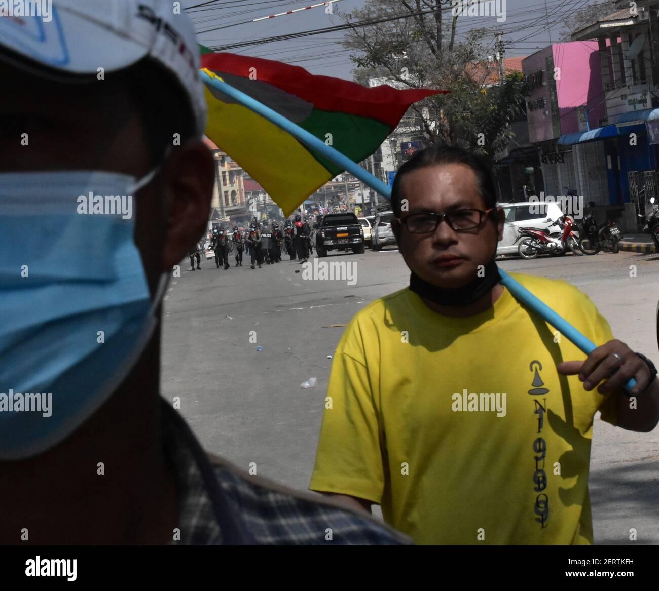 Myanmar Streitkräfte, um die friedlichen Demonstranten niederzudrücken (Februar 2021) Stockfoto